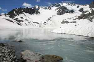 Lac des Quirlies dans le massif de Belledone en juin