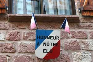 """Pancarte """"Honneur à notre élu"""" à Villecomtal"""