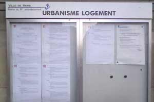 Panneau d'affichage public sur la mairie du 18e à Paris