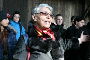 Yvette Levy parlant aux lycéens à Auschwitz